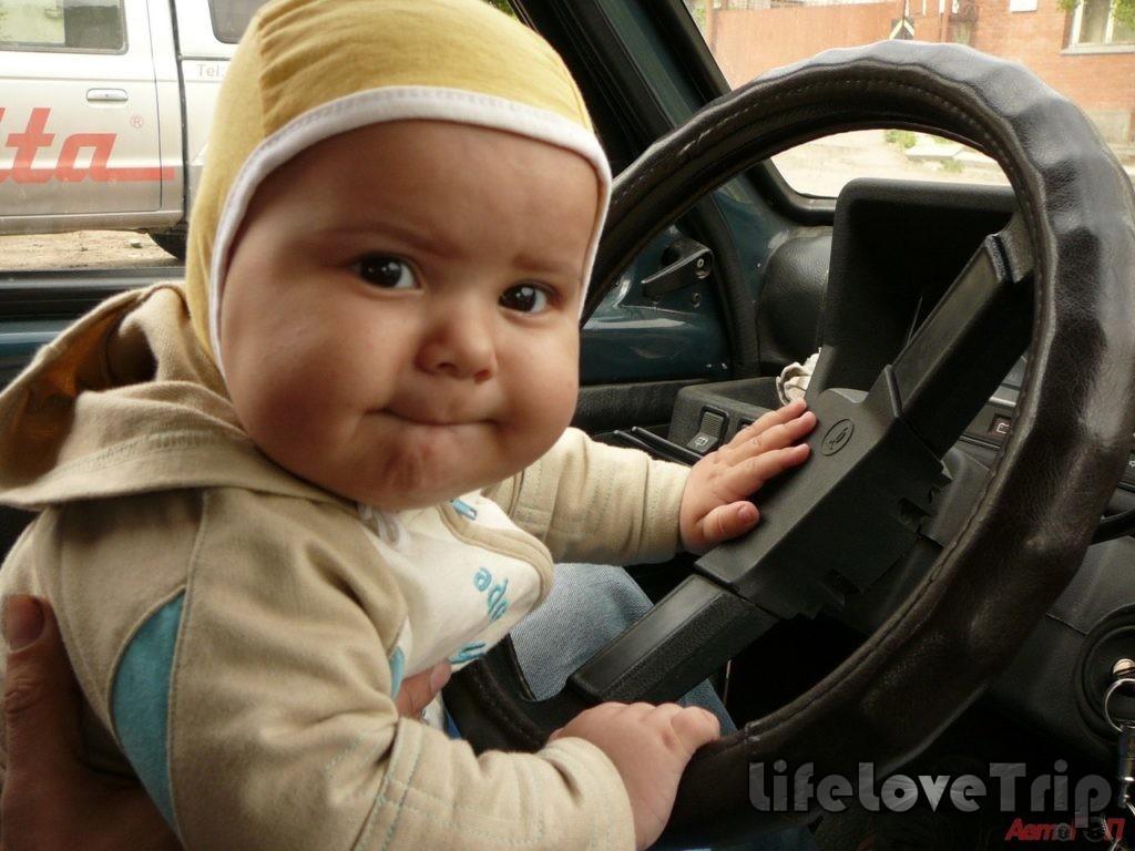 не держите ребенка на руках, он при ДТП он облучит больше травм
