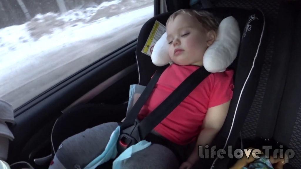самое безопасное место для ребенка в машине - позади водителя