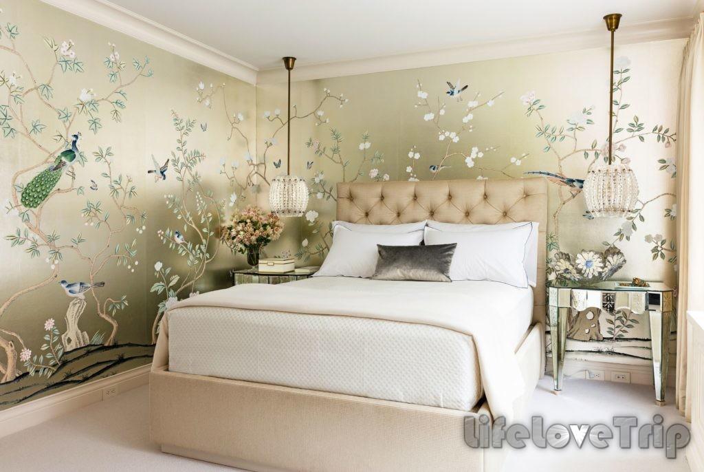 красивая спальня для гостей украшает дом