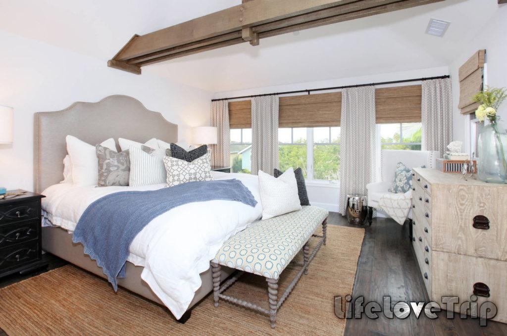 классический интерьер спальни с большими окнами