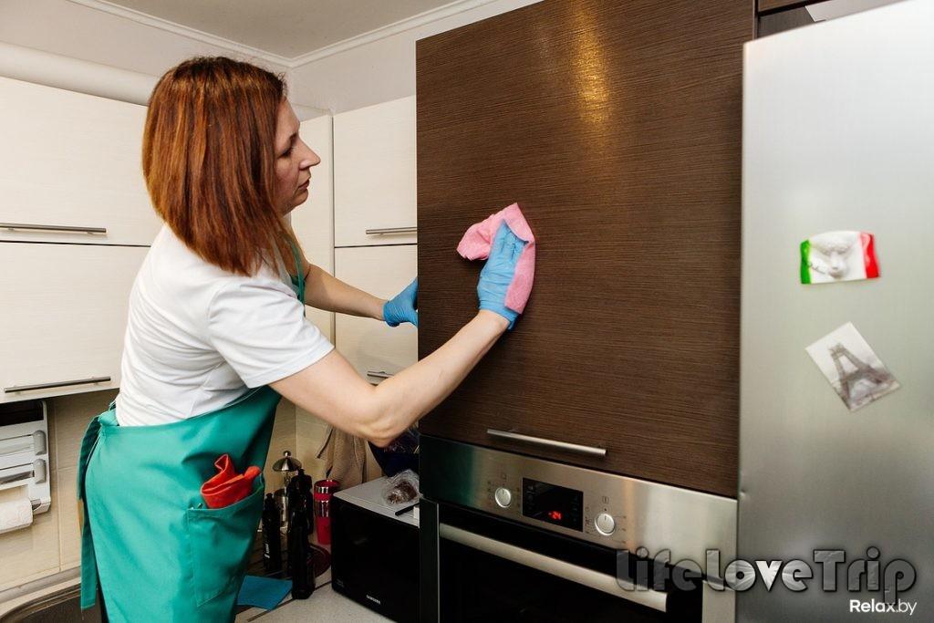 протирайте регулярно мебель на кухне
