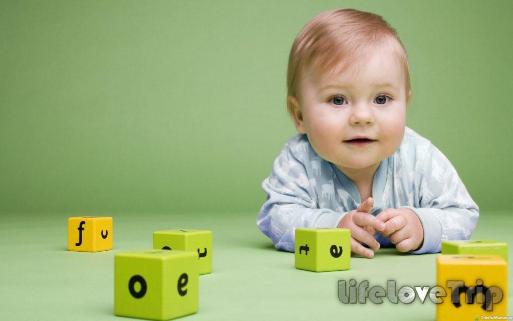 Некоторые мамочки учат малышей и иностранному алфавиту.