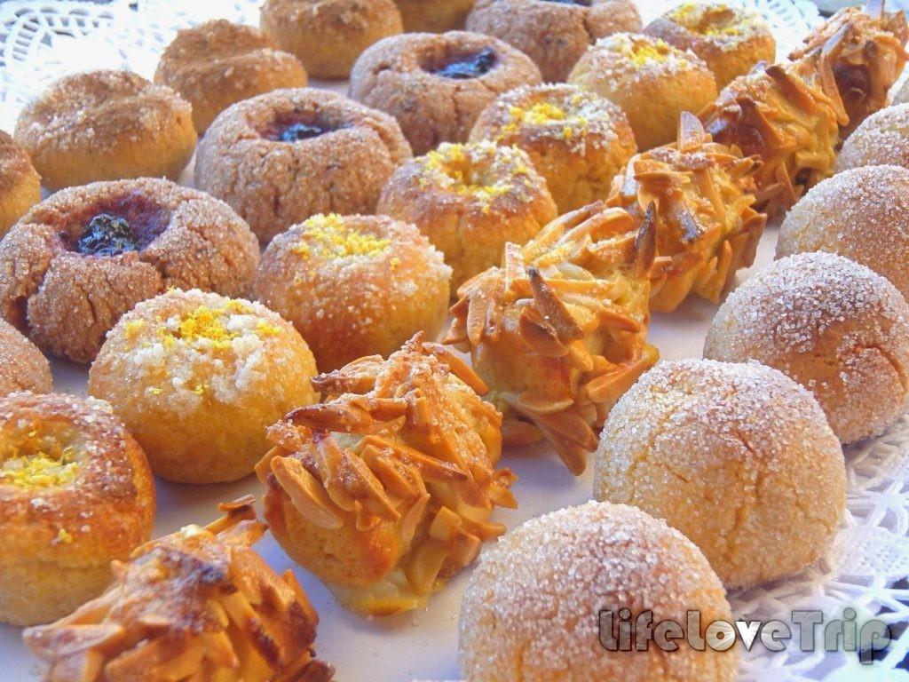 роскошный и разнообразный рождественский десертный стол в Испании