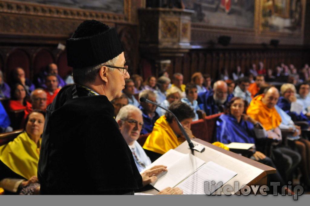 Латынь является обязательной для изучения в религиозных университетах Испании.