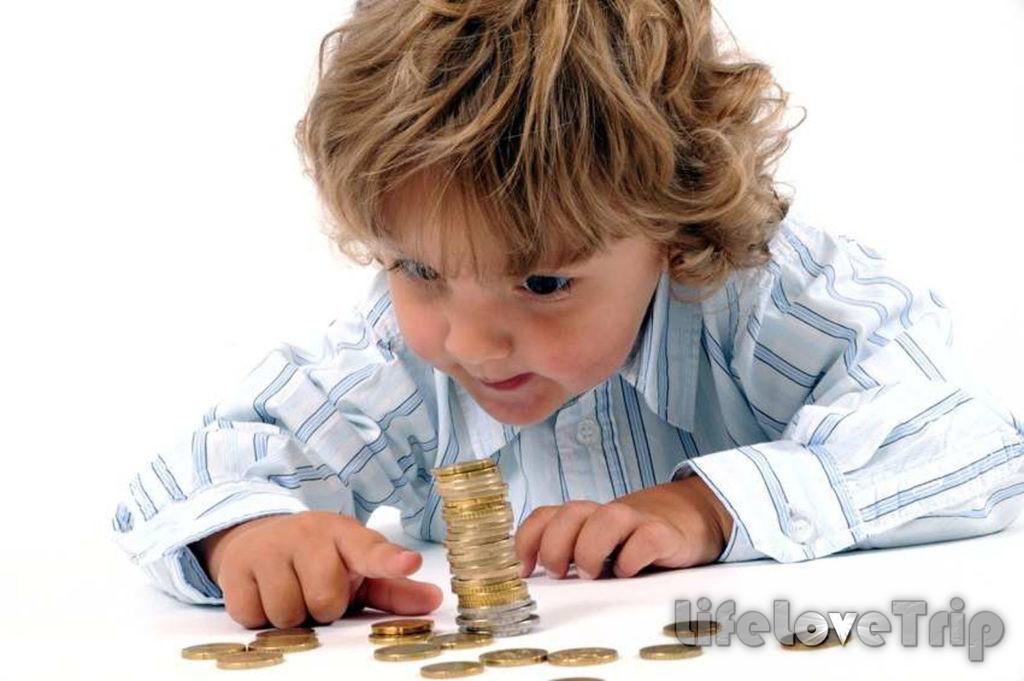 Распоряжаться семейными деньгами должны оба взрослых.