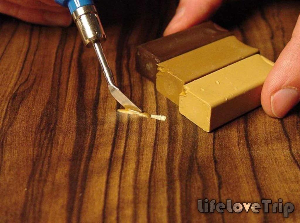 Царапины на поверхности ламината можно устранить специальной мастикой.