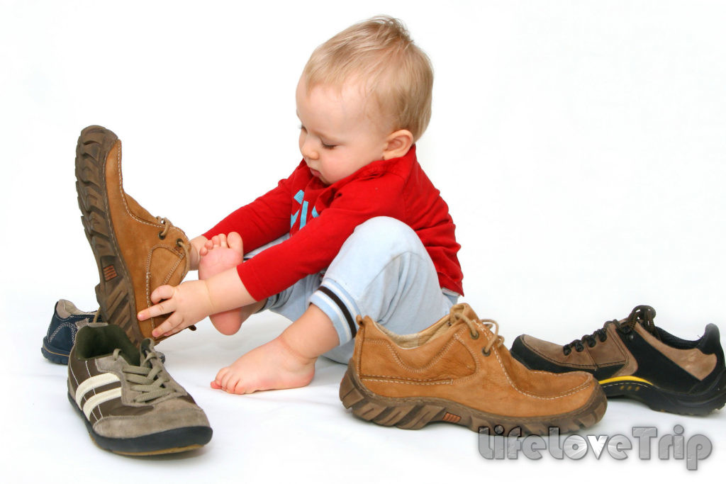 Детскую обувь не следует покупать на вырост.