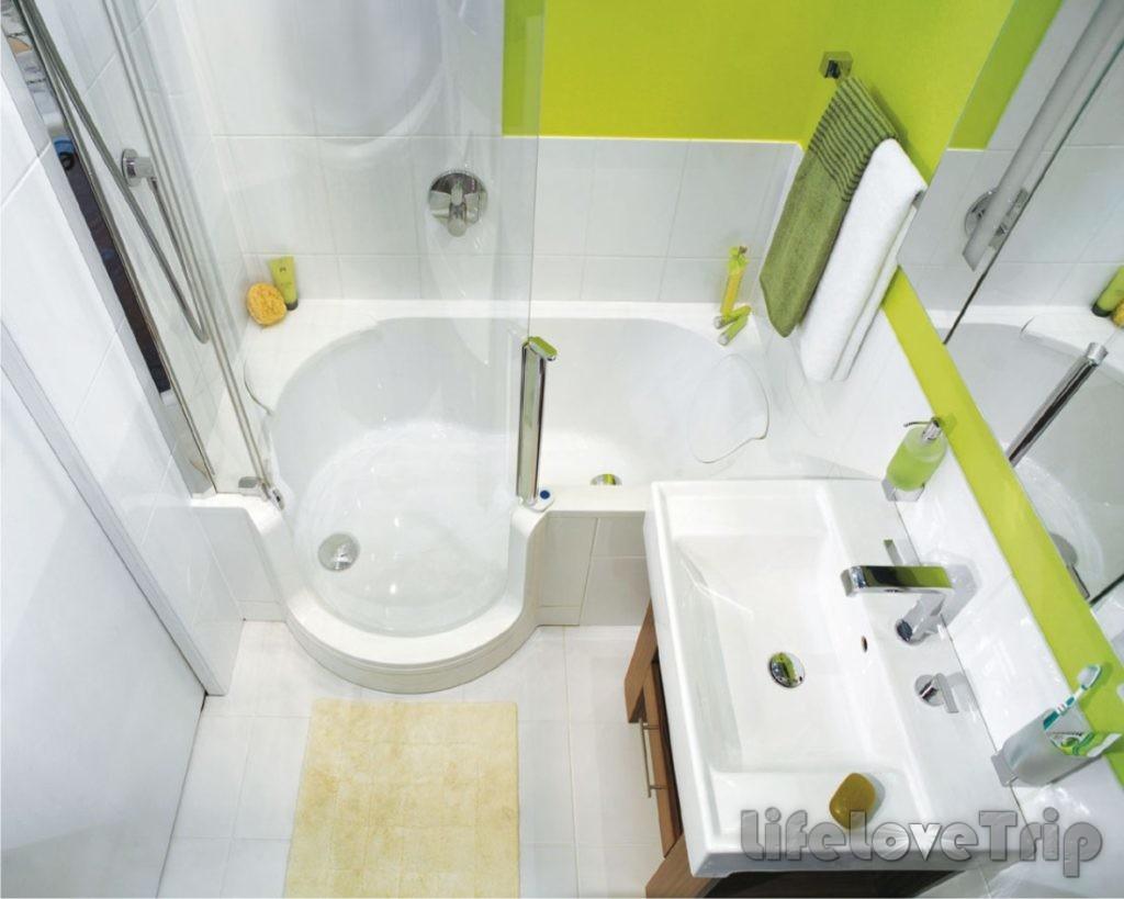 Дизайн маленькой ванной комнаты подразумевает душ вместо ванны.