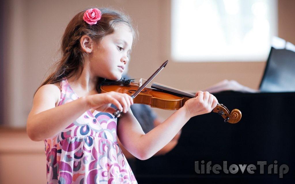 Обучение музыке развивает слух вашего ребенка.