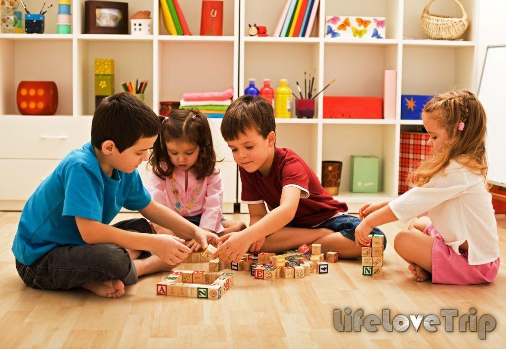 Игры со сверстника очень полезны детям.