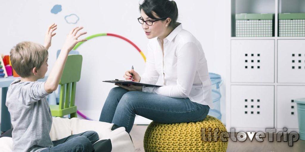 Детский психолог поможет малышу научиться общаться со сверстниками.
