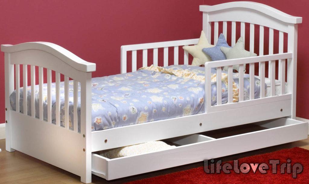 Функциональная кроватка для ребенка позволит сэкономить место.