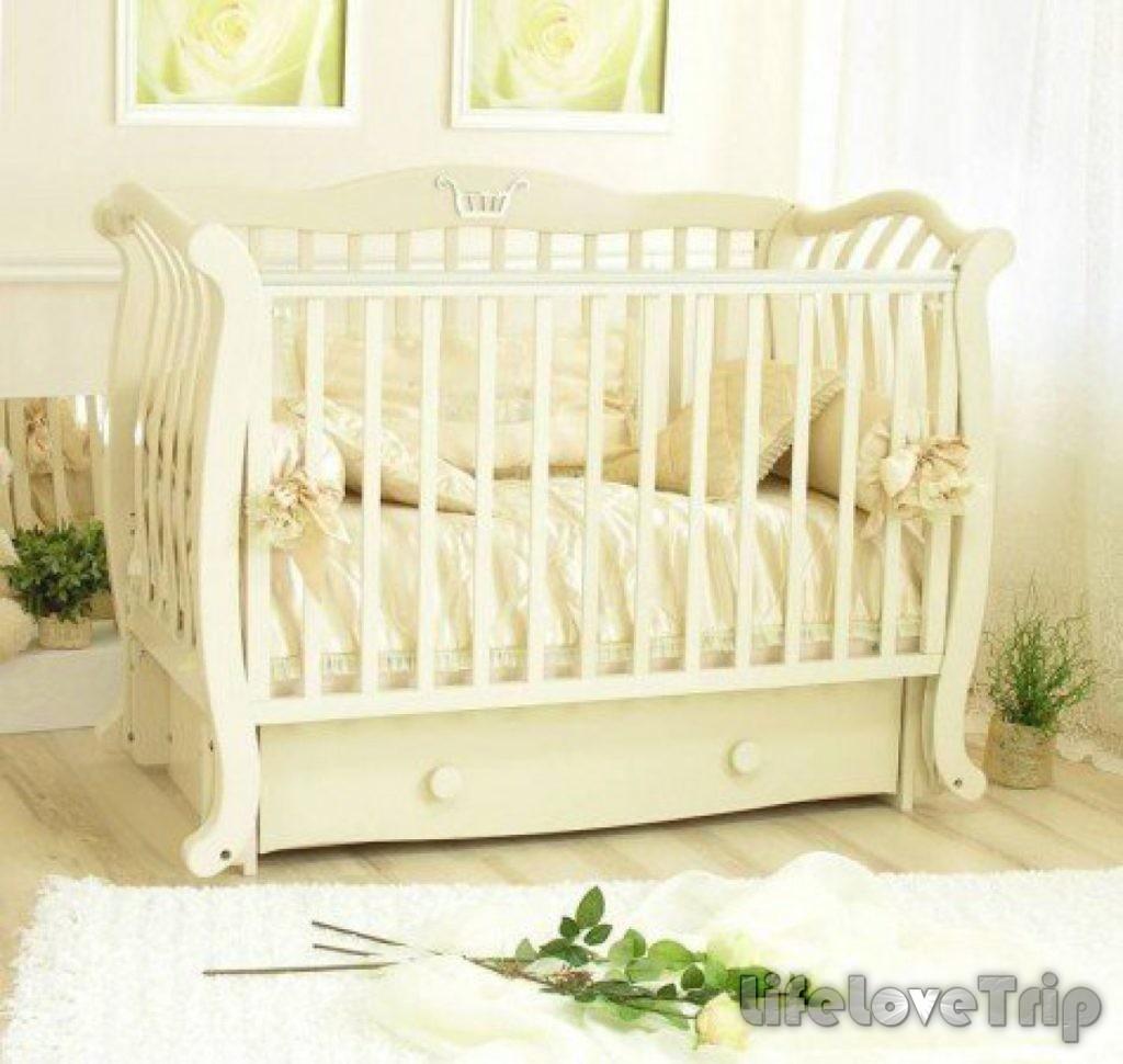 Цвет кроватки малыша лучше выбирать нейтральный.