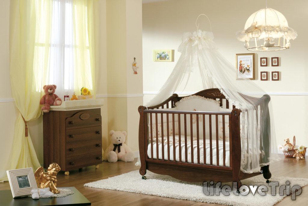 Кроватку для малыша выбирайте разборную.