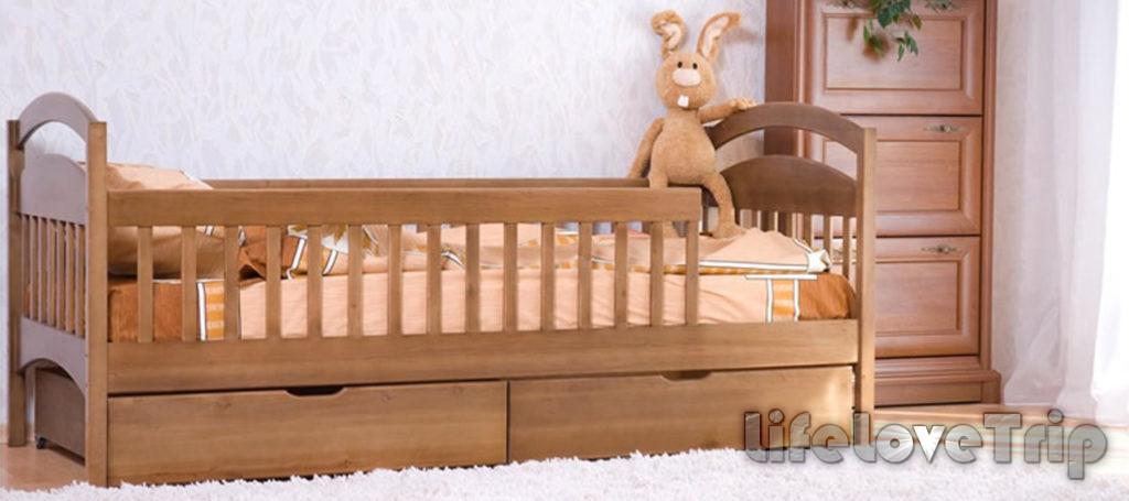 Детскую кроватку лучше выбирать из натуральных материалов.
