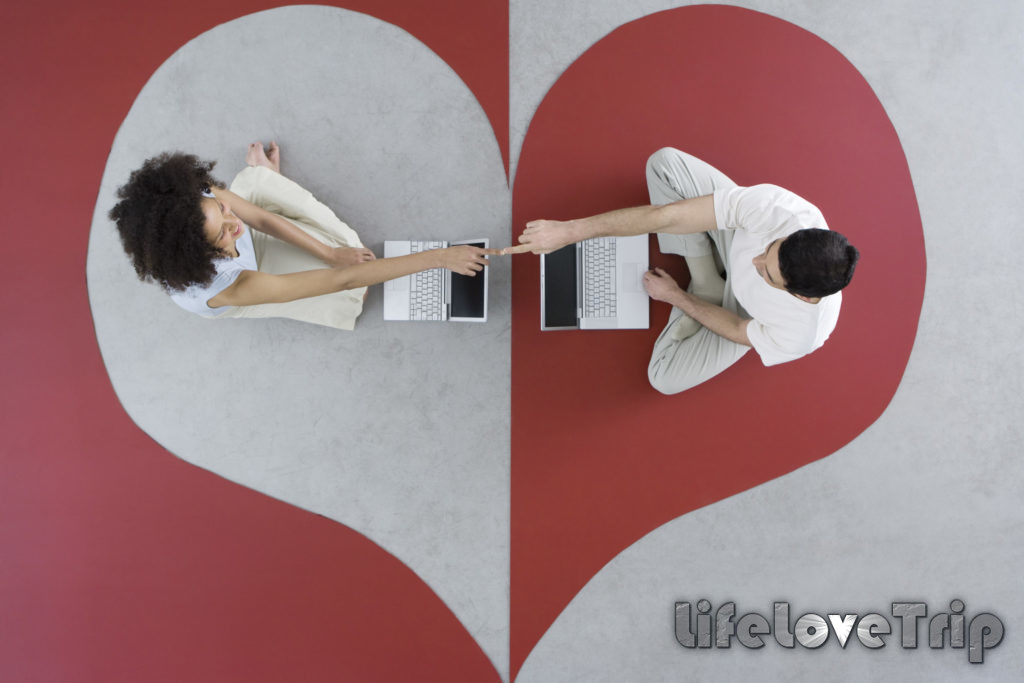 Онлайн отношения могут перерасти в настоящее чувство.