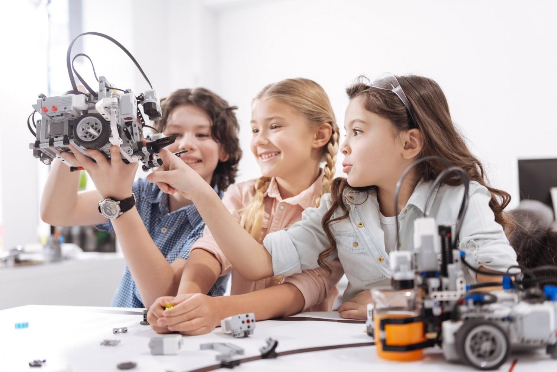 Кружки помогают ребенку научиться общаться со сверстниками.