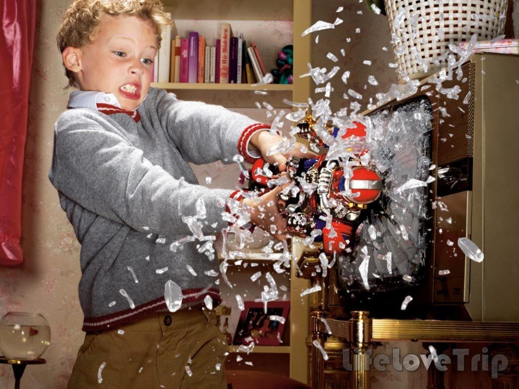 Ребенок выражает агрессию, ломая все вокруг.