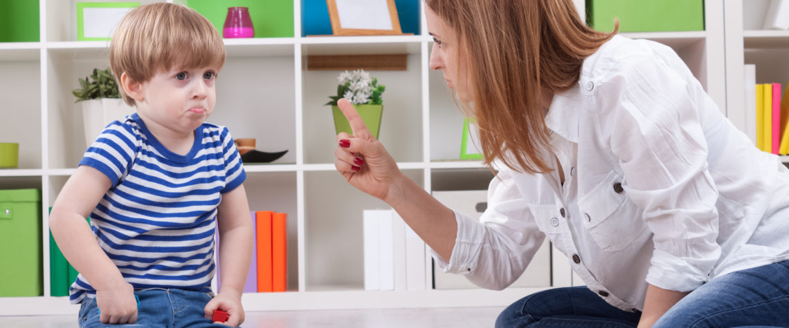 Ребенок пытается привлечь внимание родителей, ломая игрушки.