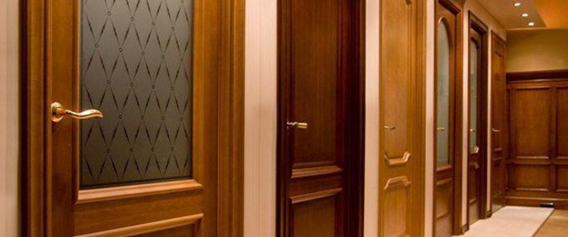 Деревянные двери требуют особого ухода.