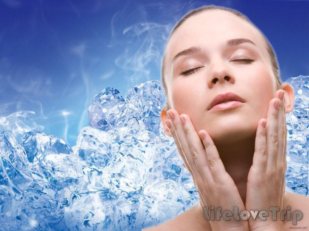 Обтирание лица кубиками льда освежает кожу.